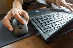 Hand för affärskvinnor som arbetar med bärbara datorn Arkivfoton