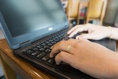 Hand för affärskvinnor som arbetar med bärbara datorn Slapp fokus Arkivfoton