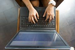 Hand för affärskvinnor som arbetar med bärbara datorn Top beskådar Arkivbild
