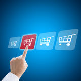 Hand för affärsman som arbetar med e-kommers shoppingbegrepp Royaltyfria Bilder