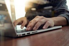 Hand för affärsman som arbetar på bärbar datordatoren royaltyfri bild