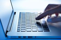 Hand för bärbar dator för affärsdator royaltyfria foton