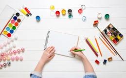 Hand för flicka` s med blyertspennan över tomt papper royaltyfri fotografi