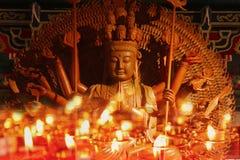 Hand för Guan Yin skulptur som tusen snidas av wood stearinljusligh Fotografering för Bildbyråer