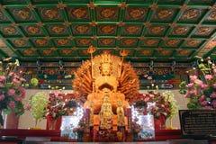 Hand för Guan yin tusen på den kinesiska templet royaltyfri foto