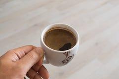 hand för kaffekopp Fotografering för Bildbyråer