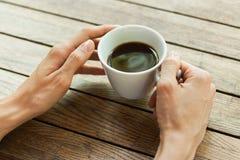 hand för kaffekopp Arkivbilder