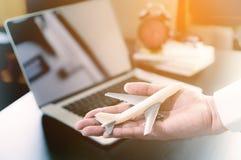 Hand för kontorsarbetare som rymmer ett planaffärslopp Royaltyfri Foto