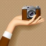Hand för kvinna` s med den retro fotokameran Royaltyfri Bild