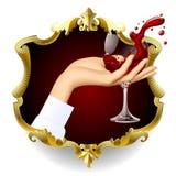 Hand för kvinna` s med plaskande rött vin i det genomskinliga vinet-gla arkivbild