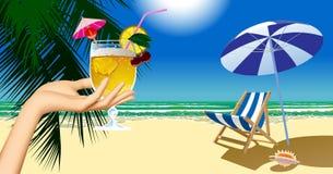 Hand för kvinna` som s rymmer en stol för fruktcoctail och strandoch umbrel Royaltyfri Foto