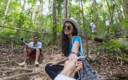 Hand för kvinnahållman, par med ryggsäckar som Trekking på Forest Path, turister på vandring arkivbild