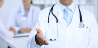 Hand för portion för manlig medicindoktor erbjudande för handskakning Partnerskap och förtroendebegrepp Arkivfoton