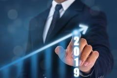 Hand för punkt för affärsman på överkanten av pilgrafen med hög frekvens av tillväxt Framgången och den växande tillväxtgrafen i  royaltyfria foton