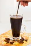 hand för svart kaffe Arkivbilder