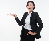 Hand för visning för affärskvinna öppen för produkt eller text på vita lodisar Arkivfoton