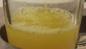 Hand f?r orange fruktsaft f?r process ny arkivfilmer