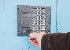 Hand öffnet den Schlüssel eine Tür Stockfotografie