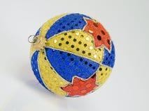 Hand-gebeëindigde Kerstmisbal van vele kleuren Stock Afbeeldingen