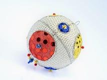 Hand-gebeëindigde Kerstmisbal van vele kleuren Royalty-vrije Stock Foto