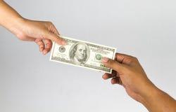 Hand geben Geld Stockfoto