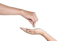 Hand geben Geld auf weißem Hintergrund stockfotografie