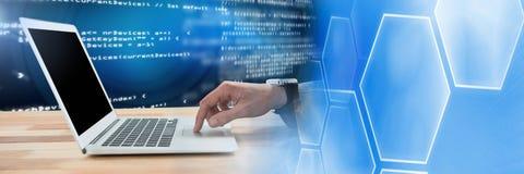 Hand gebruikend laptop en coderend tekst met overgang Stock Foto's