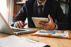 Hand gebruikend tablet, laptop, en houdend smartphone met de betalingscommunicatienetwerk van het creditcard online bankwezen, stock foto's