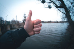 Hand gegen den fisheye Fluss Stockbild