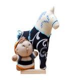 Hand - gemaakt zacht die stuk speelgoed paard op zwarte met blauw op stan wordt geïsoleerd Royalty-vrije Stock Fotografie