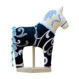 Hand - gemaakt zacht stuk speelgoed paard dat op zwarte met blauw op stan wordt geïsoleerd Stock Foto's