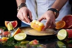 Hand - gemaakte citrusvrucht scherp met de hand van de chef-kok stock foto