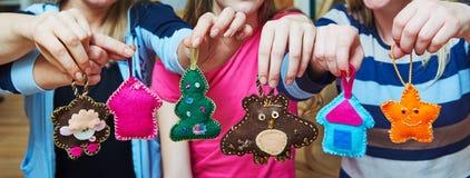 Hand - gemaakte gevoelde Kerstboomdecoratie Royalty-vrije Stock Afbeelding
