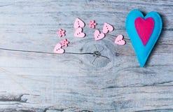 Hand - gemaakte gevoelde kleurrijke harten op houten achtergrond Stock Foto's