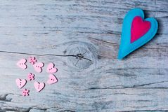 Hand - gemaakte gevoelde kleurrijke harten op houten achtergrond Royalty-vrije Stock Afbeelding