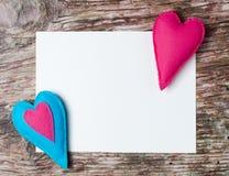 Hand - gemaakte gevoelde kleurrijke harten Witboek op houten achtergrond Stock Foto's