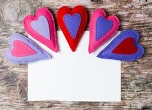 Hand - gemaakte gevoelde kleurrijke harten Witboek op houten achtergrond Royalty-vrije Stock Fotografie
