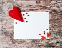 Hand - gemaakte gevoelde kleurrijke harten Witboek op houten achtergrond Stock Afbeeldingen