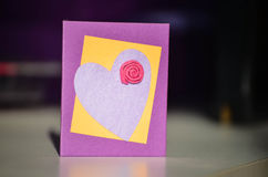 Hand - gemaakte huidige kaart met hart en bloem Stock Foto