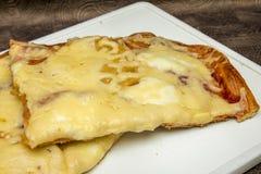 Hand - gemaakte pizza met pepperonis, tomaten, olijven en basilicum op witte kokende raad Royalty-vrije Stock Afbeeldingen