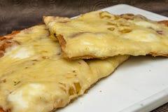 Hand - gemaakte pizza met pepperonis, tomaten, olijven en basilicum op witte kokende raad Stock Afbeelding