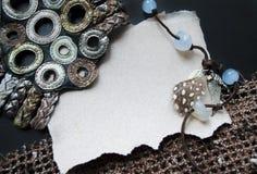 Hand - gemaakte prentbriefkaar met textielelementen Parels, knopen, het breien, plaats voor tekst Spatie voor het motiveren van c Royalty-vrije Stock Foto