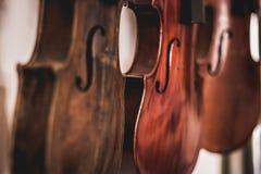 Hand - gemaakte violen Houtbewerkingskunst, een eerlijk beroep binnen een duurzame levensstijl Timmerwerk en knipsel royalty-vrije stock afbeelding