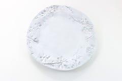 Hand - gemaakte witte plaat met de afdruk van takjes en berrie Stock Foto