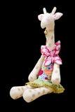 Hand - gemaakte zachte stuk speelgoed giraf die in een kledingszitting wordt geïsoleerd Stock Foto's