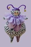 Hand - gemaakte zachte stuk speelgoed pop die op purpere achtergrond wordt geïsoleerd Royalty-vrije Stock Afbeelding