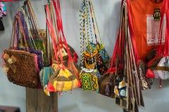 Hand - gemaakte zakken in de markt royalty-vrije stock afbeeldingen