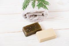 Hand - gemaakte zeep met pijnboomtak en handdoek Houten achtergrond bovenkant Stock Afbeeldingen