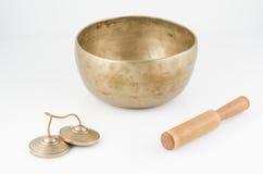 Hand - gemaakte Zingende Kom met Bellende Stok en Meditatieklokken. Royalty-vrije Stock Fotografie