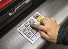 Hand genom att använda en ATM-maskin Arkivfoto